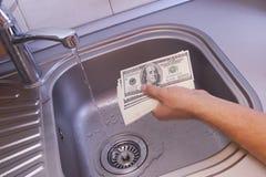 El lavar planchar de dinero en lavabo foto de archivo libre de regalías