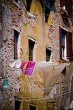 El lavarse colgando hacia fuera ventanas del edificio viejo Imagen de archivo