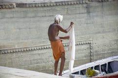 El lavarse en el banco del Ganges en Varanasi la India Foto de archivo libre de regalías