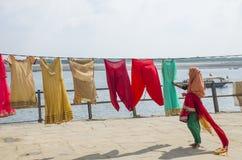 El lavarse en el banco del Ganges en Varanasi la India Imagenes de archivo