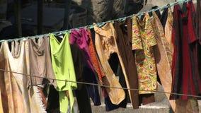 El lavarse en línea en la India que sopla en viento