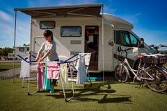 El lavarse en un secador en un sitio para acampar fotografía de archivo