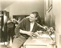 El lavarse para arriba en vestuario Imagenes de archivo
