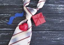 El lazo, corazón, bigote de papel, festivo romántico de la idea creativa celebra la caja de regalo de los presentes en un viejo f Imagenes de archivo