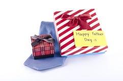 El lazo y dos cajas de regalo con la etiqueta de la tarjeta escriben palabra feliz del día de padre Fotos de archivo libres de regalías