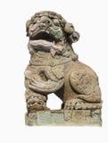 El león chino talló fuera de la roca aislada con el fondo blanco f Fotos de archivo