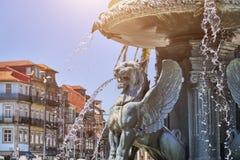 El león de Oporto, estatua en la fuente, se fue volando el león imagen de archivo
