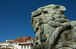 El león de piedra delante del palacio de Potala Imagen de archivo