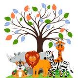 El león, el tigre, la cebra, el rinoceronte y la jirafa jugaban debajo de un árbol Imagen de archivo