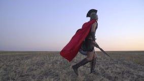 El legionario romano en el campo va a la salida del sol, cámara lenta almacen de video
