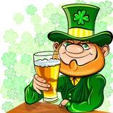 El leprechaun del día del St. Patrick bebe la cerveza ilustración del vector