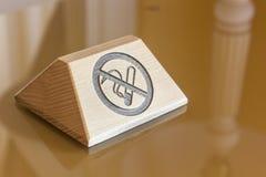El letrero con de no fumadores firma encima la tabla Fotografía de archivo libre de regalías