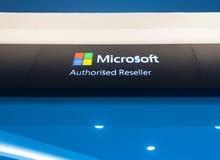 El letrero de Microsoft autorizó al revendedor en la plaza baja de Yat en K Fotos de archivo libres de regalías