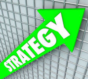 El levantamiento de la flecha del verde de la palabra de la estrategia mejora resultados del aumento Imagen de archivo libre de regalías