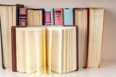 El libro abierto, pila de libro encuadernado colorido reserva en la tabla ligera De nuevo a escuela Copie el espacio para el text Foto de archivo