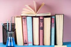 El libro abierto, pila de libro encuadernado colorido reserva en la tabla ligera De nuevo a escuela Copie el espacio para el text Imagen de archivo libre de regalías
