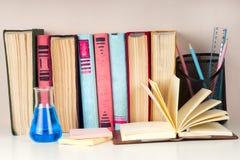 El libro abierto, pila de libro encuadernado colorido reserva en la tabla ligera De nuevo a escuela Copie el espacio para el text Foto de archivo libre de regalías