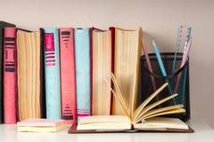 El libro abierto, pila de libro encuadernado colorido reserva en la tabla ligera De nuevo a escuela Copie el espacio para el text Imagen de archivo