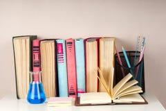 El libro abierto, pila de libro encuadernado colorido reserva en la tabla ligera De nuevo a escuela Copie el espacio para el text Fotografía de archivo