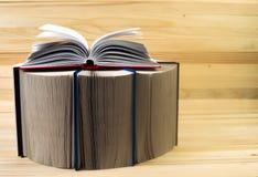 El libro abierto, pila de libro encuadernado reserva en la tabla de madera De nuevo a escuela Copie el espacio Foto de archivo libre de regalías