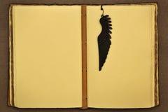 El libro abierto vintage con una señal parece una canilla Foto de archivo