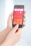 El libro app de la salud está explorando el cardiograma del latido del corazón Foto de archivo