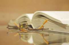 El libro con los vidrios Imagenes de archivo