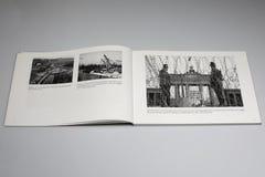 El libro de Berlin Wall 1961-1989, cerca del alambre de púas en la puerta 1961 de Brandensburg Foto de archivo