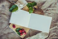 El libro de cocina enmarcó el desayuno de bayas con un bollo Imagenes de archivo