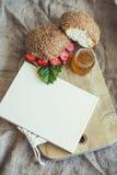 El libro de cocina enmarcó el desayuno de bayas con un bollo y una miel Fotografía de archivo libre de regalías