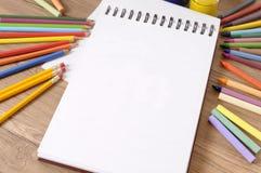 El libro de escuela dibujó a lápiz los creyones Fotos de archivo libres de regalías