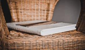El libro de la foto en la silla 4233 imagen de archivo libre de regalías