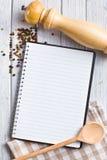 Libro de la receta con la especia de la pimienta Fotos de archivo