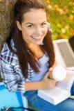 El libro de lectura del adolescente con se lleva el café Fotos de archivo
