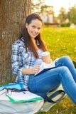 El libro de lectura del adolescente con se lleva el café Imagen de archivo