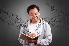 El libro de lectura del hombre joven sonrió expresión imágenes de archivo libres de regalías