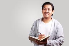 El libro de lectura del hombre joven sonrió expresión fotografía de archivo