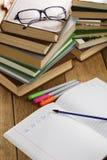 El libro de texto con la pluma imágenes de archivo libres de regalías