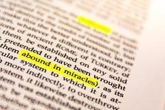 El libro destacó el papel fluorescente amarillo Keywor viejo del marcador de la palabra Fotografía de archivo