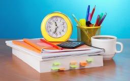 El libro, el despertador, la calculadora y los lápices fotografía de archivo libre de regalías