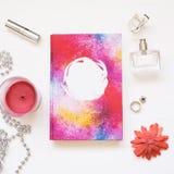 El libro en blanco aislado en blanco texturizó el fondo de madera con los accesorios lindos del ` s de las mujeres Cuaderno plano Imagen de archivo libre de regalías