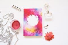 El libro en blanco aislado en blanco texturizó el fondo de madera con los accesorios lindos del ` s de las mujeres Cuaderno plano Fotos de archivo libres de regalías
