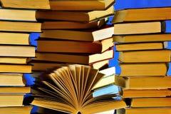 El libro es una fuente de conocimiento, un tipo de productos impresos, consiste en las hojas separadas, que son impresas o manusc imagen de archivo