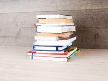 El libro está en una tabla de madera fotografía de archivo