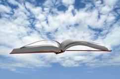 El libro flotante para el conocimiento y la historia miden el tiempo de concepto Imagen de archivo libre de regalías