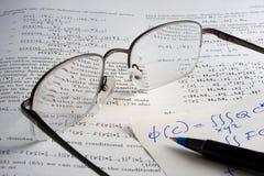El libro, matemáticas, vidrios, hadwritten notas Imagen de archivo
