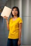 El libro pensativo del estudiante universitario llevó a cabo colmo Foto de archivo