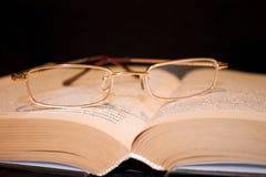 El libro viejo y los vidrios Fotos de archivo libres de regalías