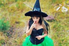 El ligar atractivo de la mujer de la bruja Fotos de archivo libres de regalías