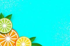 El limón, cal, anaranjada en papel cortó estilo Rebanadas maduras jugosas de la papiroflexia Hojas Comida sana en azul verano ilustración del vector